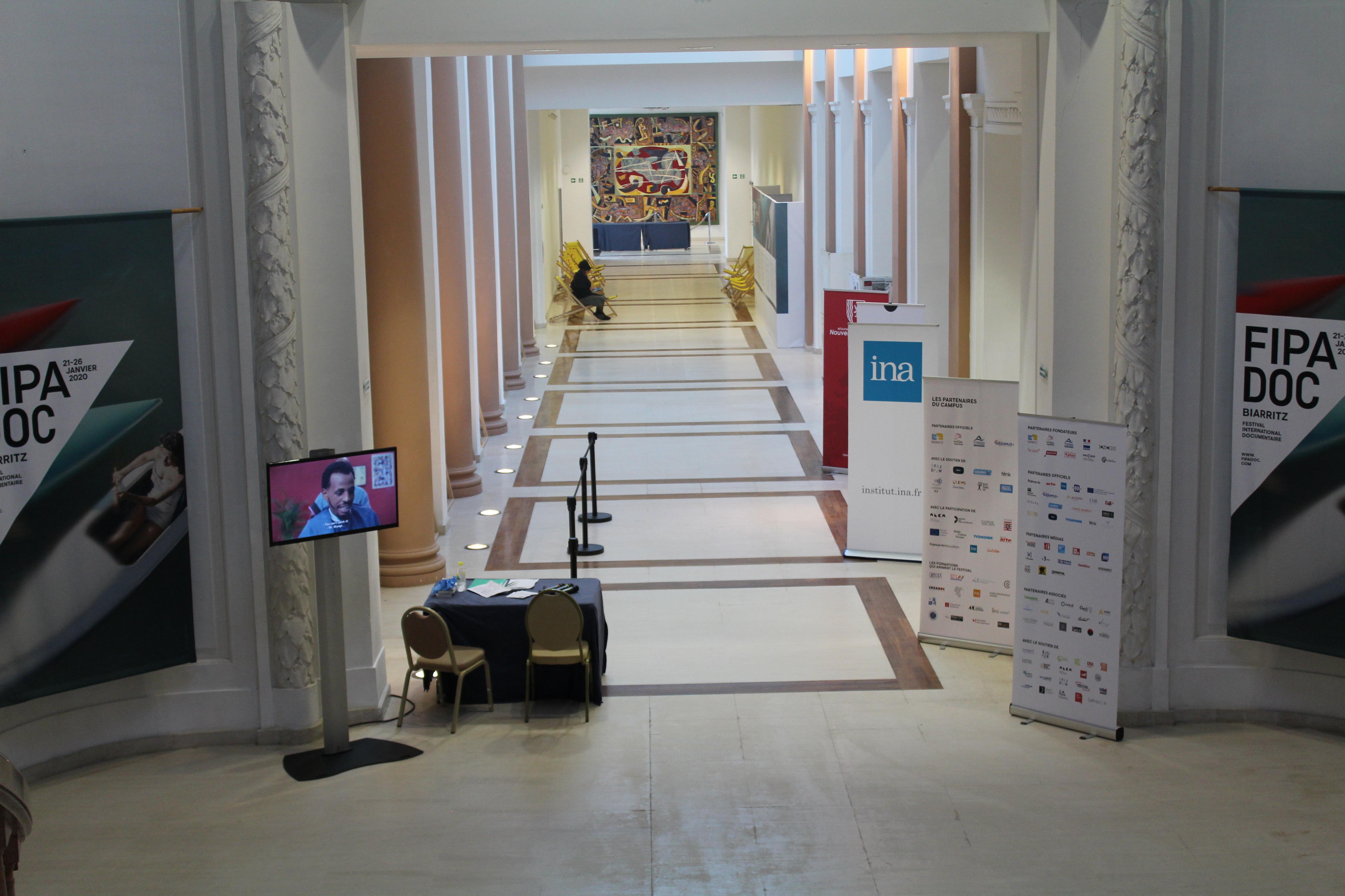 Le hall maintes fois traversé du Bellevue - © Le Blog du FIPADOC
